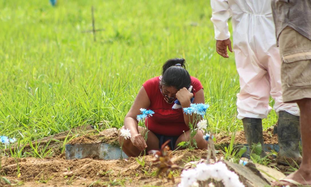 Mulher lamenta morte de vítima da Covid-19, no Cemitério do Tapanã, em Belém (PA) Foto: MARX VASCONCELOS /FUTURA PRESS / Agência O Globo