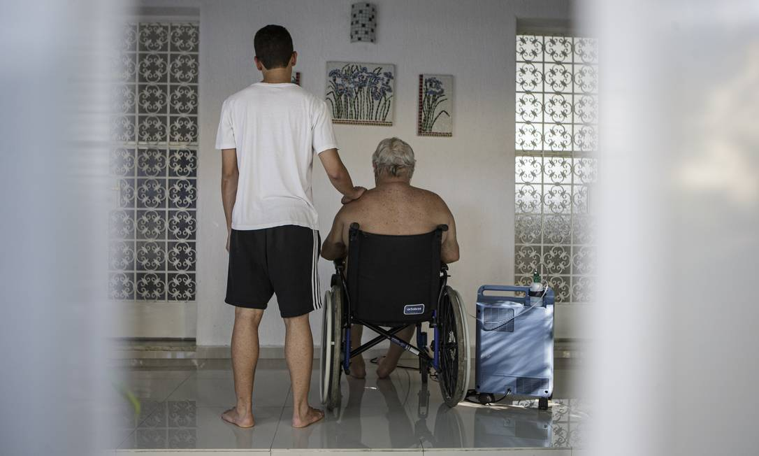 """Ao lado do avô que se recupera da Covid -19 em casa, o neto diz que ter ficado com a vida dele nas mãos: """"A culpa é enorme, não saberia viver com ela. A gente só entende a situação quando fica perto de perder uma pessoa querida"""" Foto: Alexandre Cassiano / Agência O Globo"""