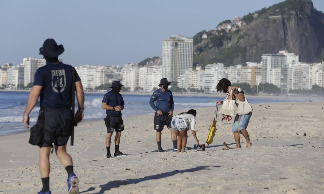 Guardas fiscalizam praia neste domingo Foto: Marcia Foletto / Marcia Foletto