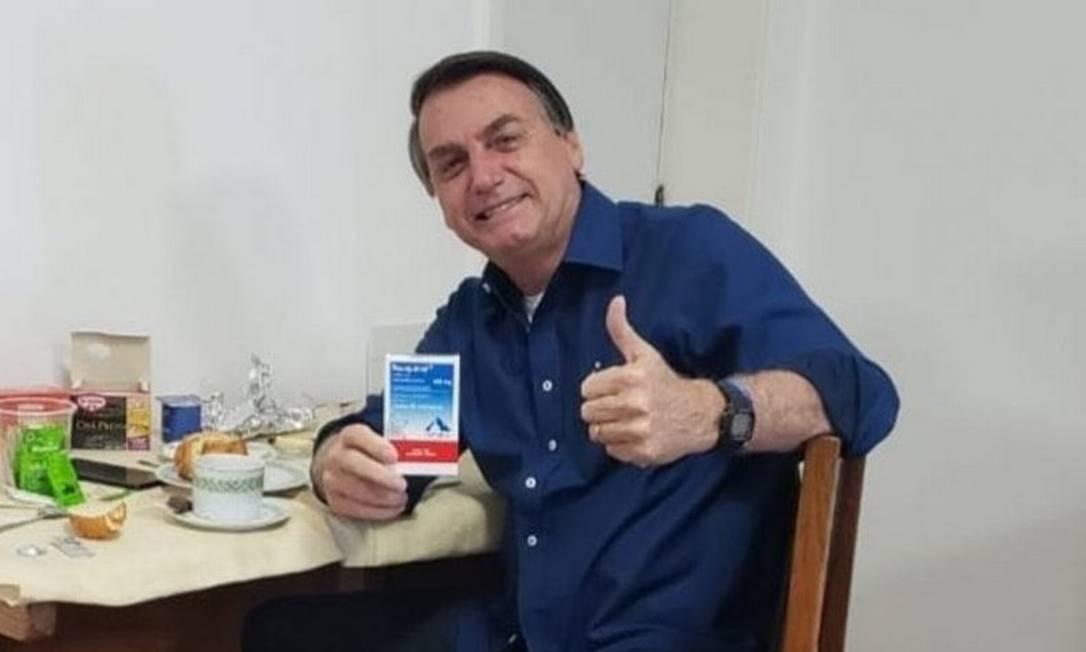 Presidente Jair Bolsonaro mostra embalagem de hidroxicloroquina Foto: Reprodução