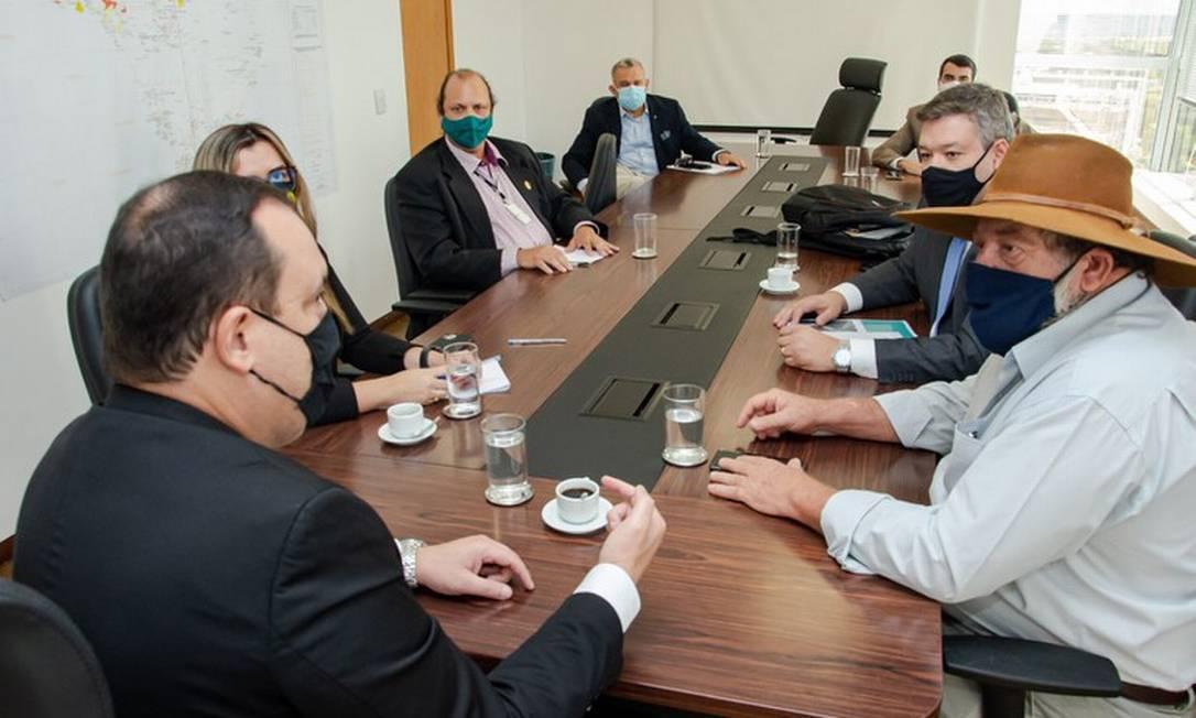 Presidente Marcelo Xavier, de costas, em reunião com o deputado federal Nelson Barbudo (PSL-MT), de chapéu. Foto: Mário Vilela/Funai