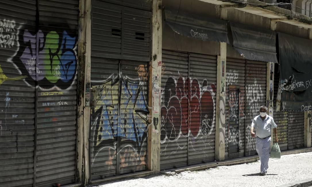 Comércio fechado no centro do Rio de Janeiro, após medidas de restrição de circulação Foto: Gabriel de Paiva / Agência O Globo