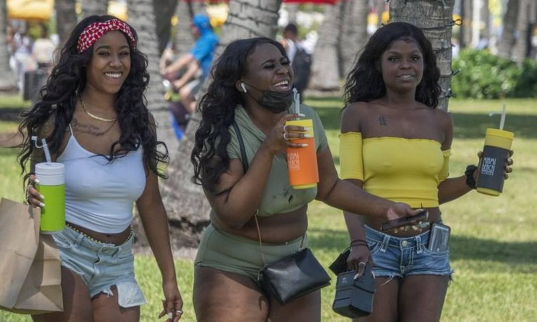 Especialistas em saúde estão preocupados com a falta de medidas de precaução por parte dos turistas que visitam Miami Beach Foto: EPA