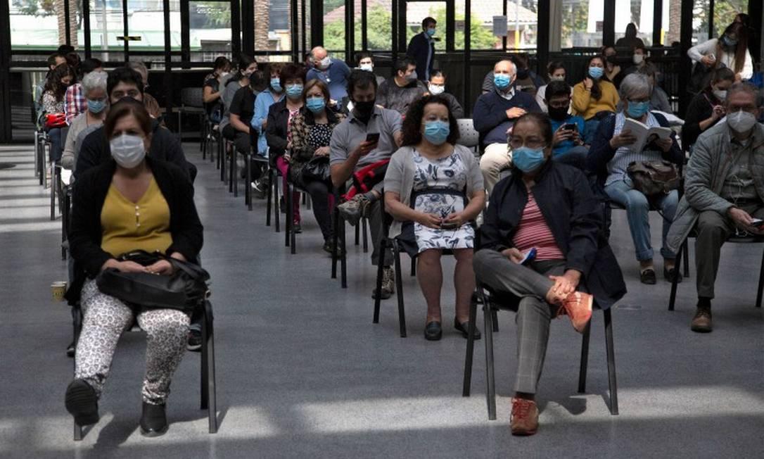 Chilenos esperam sua vez de receber a vacina em centro de imunização em Santiago Foto: CLAUDIO REYES / AFP/16-3-21