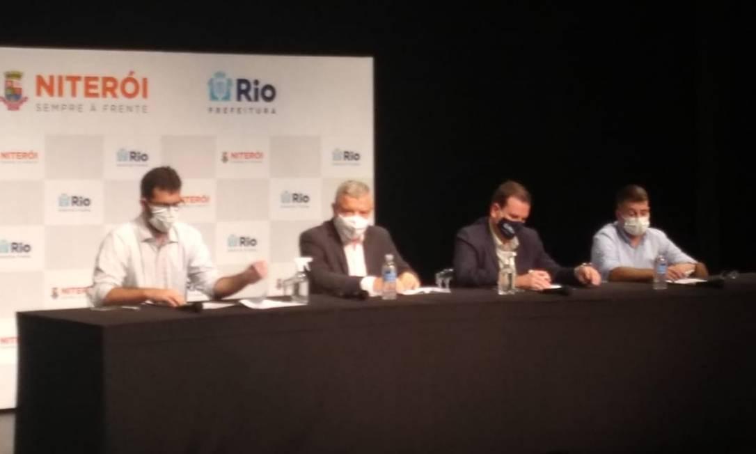 Axel Grael e Eduardo Paes anunciam medidas contra a pandemia Foto: Luiz Ernesto Magalhães / Agência O Globo