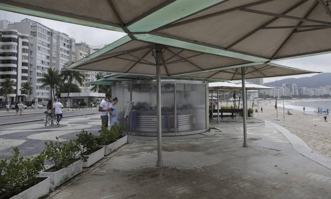 Quiosques fechados na praia de Copacabana no início de março Foto: Márcia Foletto 07-03-2021