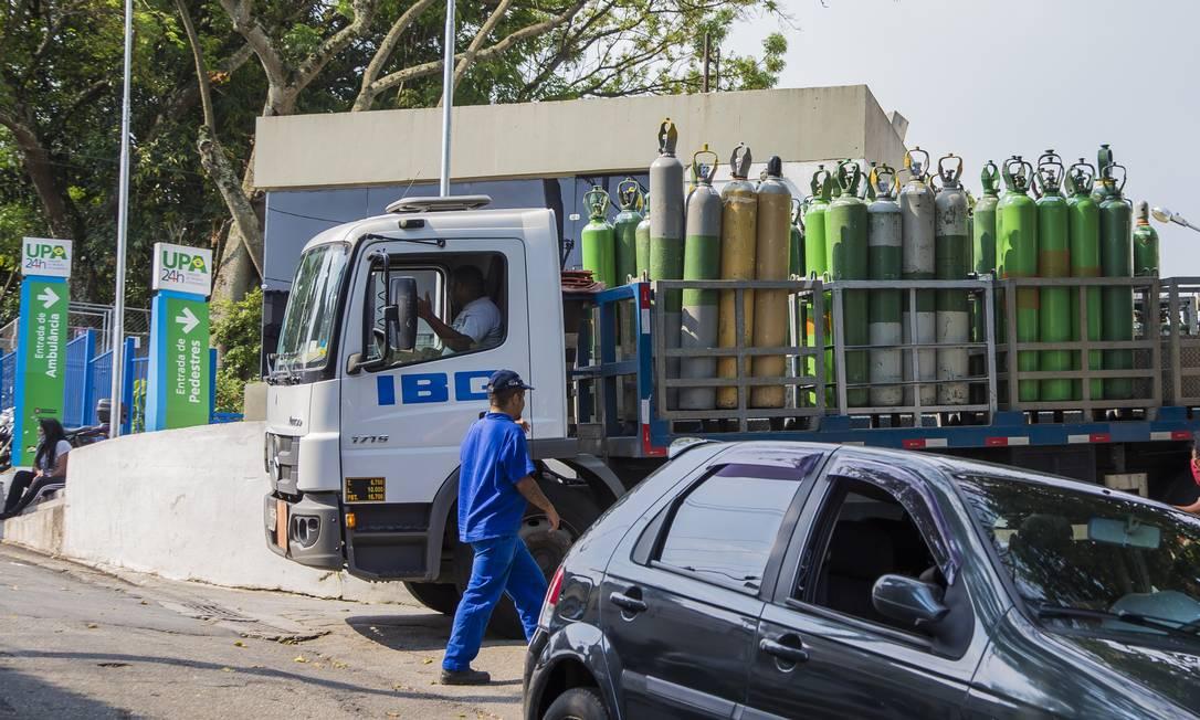 Caminhão leva cilindros de oxigênio para UPA em São Paulo Foto: Edilson Dantas / Agência O Globo