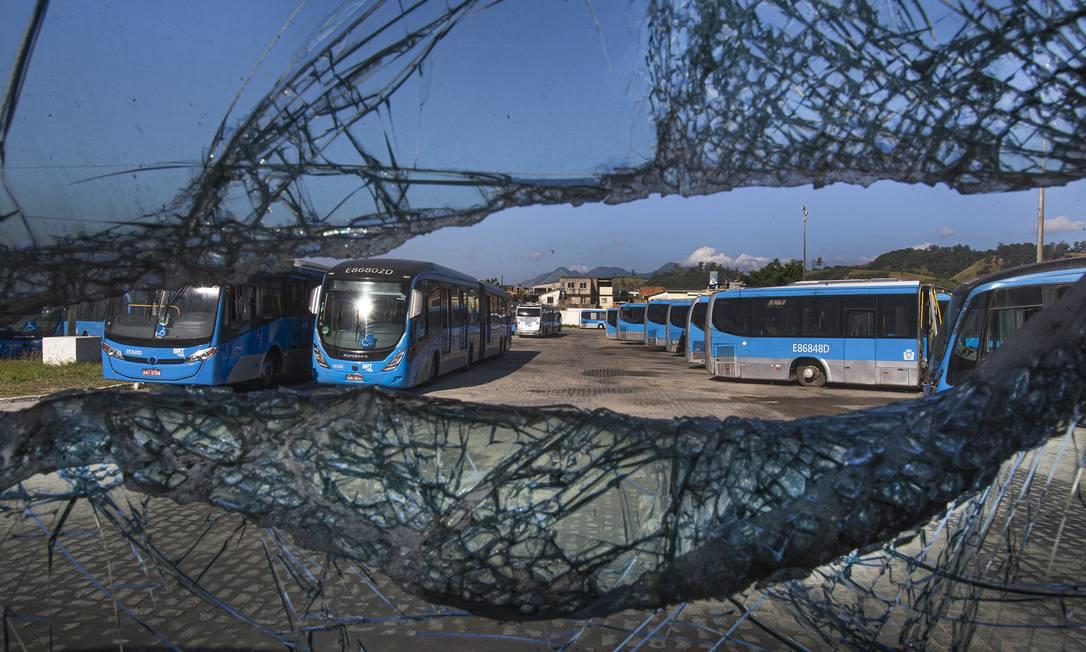 Pátio de veículos do BRT em manutenção lotado de ônibus que deveriam circular Foto: Antonio Scorza / Agência O Globo