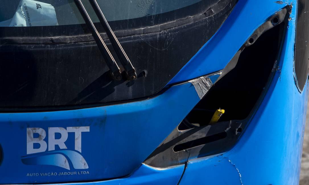 Veículo do BRT sem farol no pátio de Cosmos, na Zona Oeste do Rio Foto: Antonio Scorza / Agência O Globo