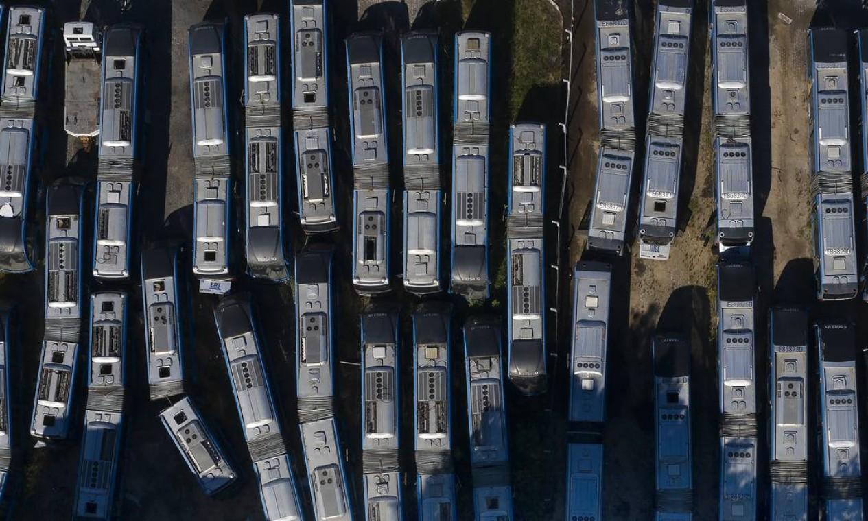 Pátio lotado de veículos inoperantes do BRT: atualmente, a frota foi passou de 120 para 180 veículos, e o objetivo é atingir o número de 241 articulados até o fim de setembro Foto: Antonio Scorza / Agência O Globo - 23/03/2021