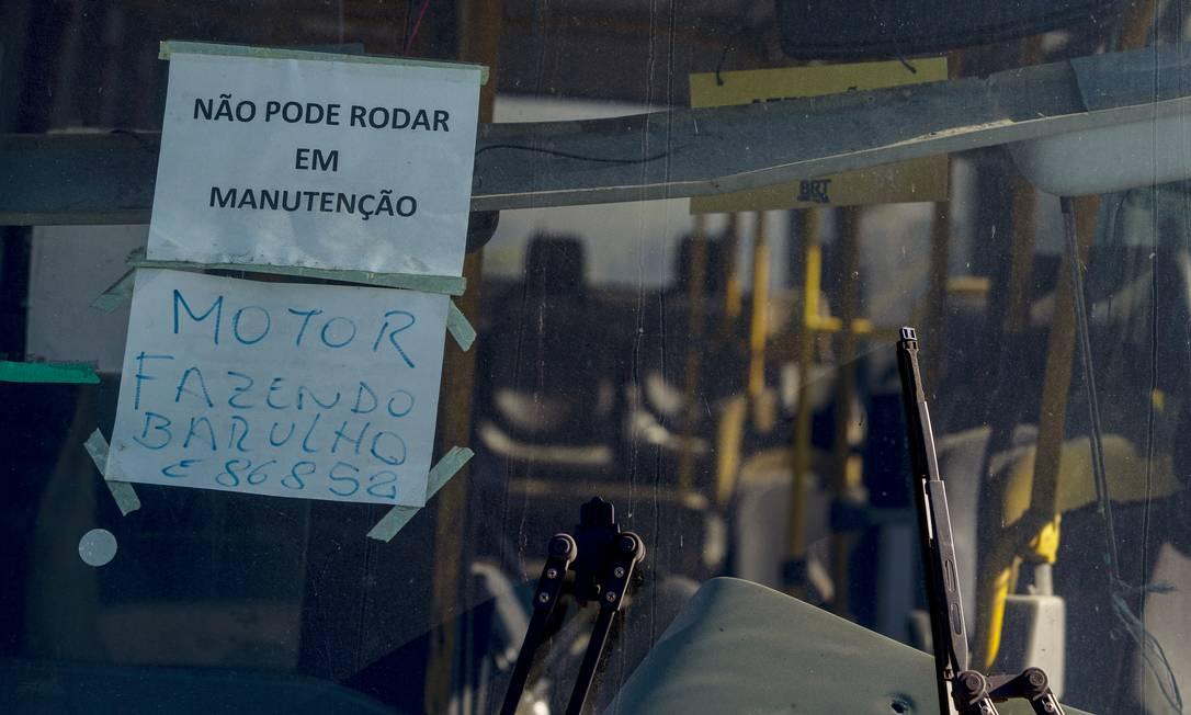 Aviso de papel informa problema do veículo parado à espera de manutenção Foto: Antonio Scorza / Agência O Globo