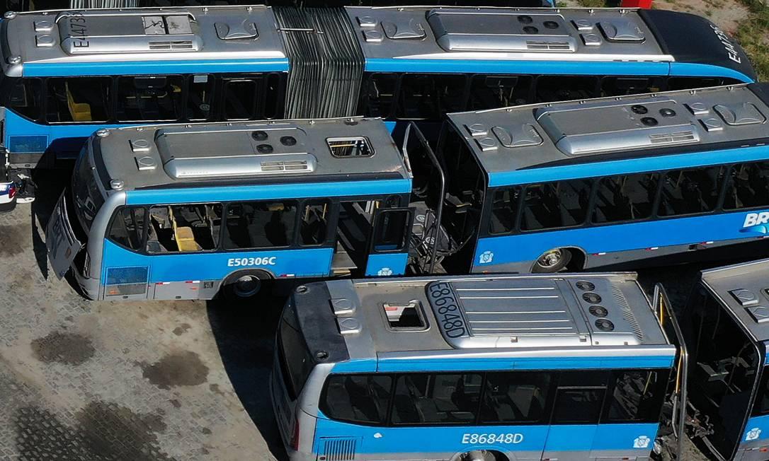 Sucatas de ônibus articulados se acumulam em pátio do BRT Foto: Antonio Scorza / Agência O Globo