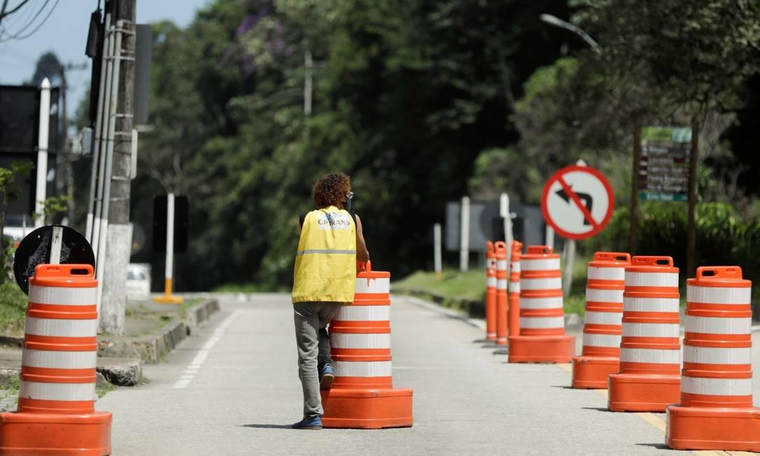 Funcionários fazem verificação de temperatura. Guardas municipais e policiais militares não foram vistos no local. Foto: Gabriel de Paiva/Agência OGlobo
