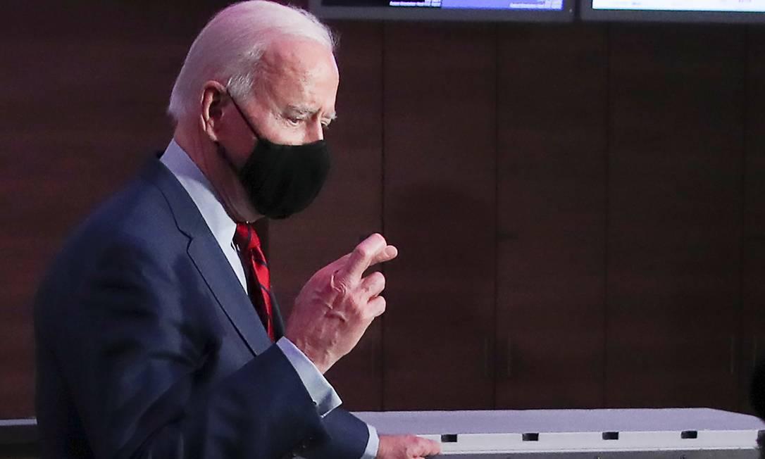 Joe Biden cruza os dedos durante entrevista coletiva no Hospital James Cancer e Instituto de Pesquisa Solove em Columbus, no estado de Ohio, EUA Foto: LEAH MILLIS / REUTERS/23-03-2021