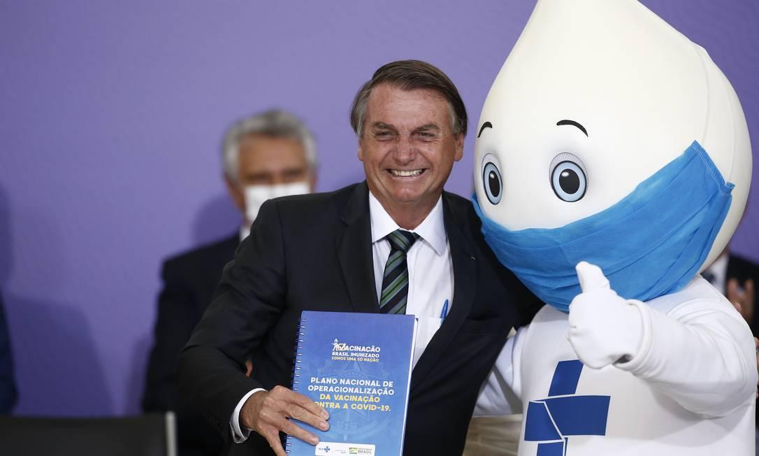 Bolsonaro com Zé Gotinha no lançamento do Programa Nacional de Imunização Foto: Pablo Jacob / Pablo Jacob