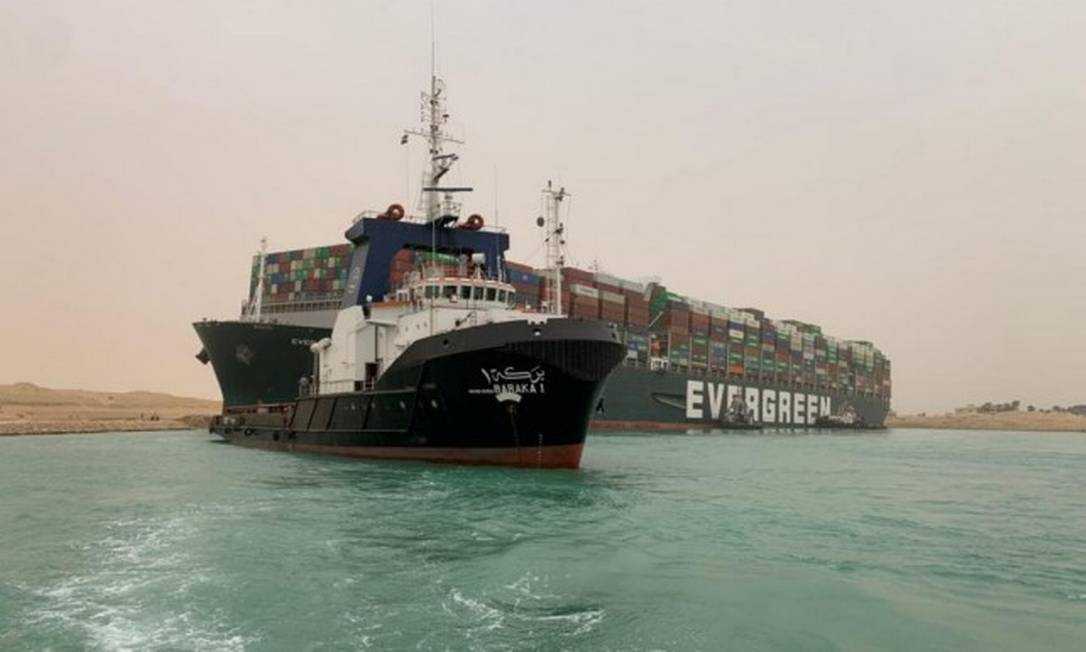 Navio encalhado bloqueia o Canal de Suez Foto: HANDOUT / VIA REUTERS