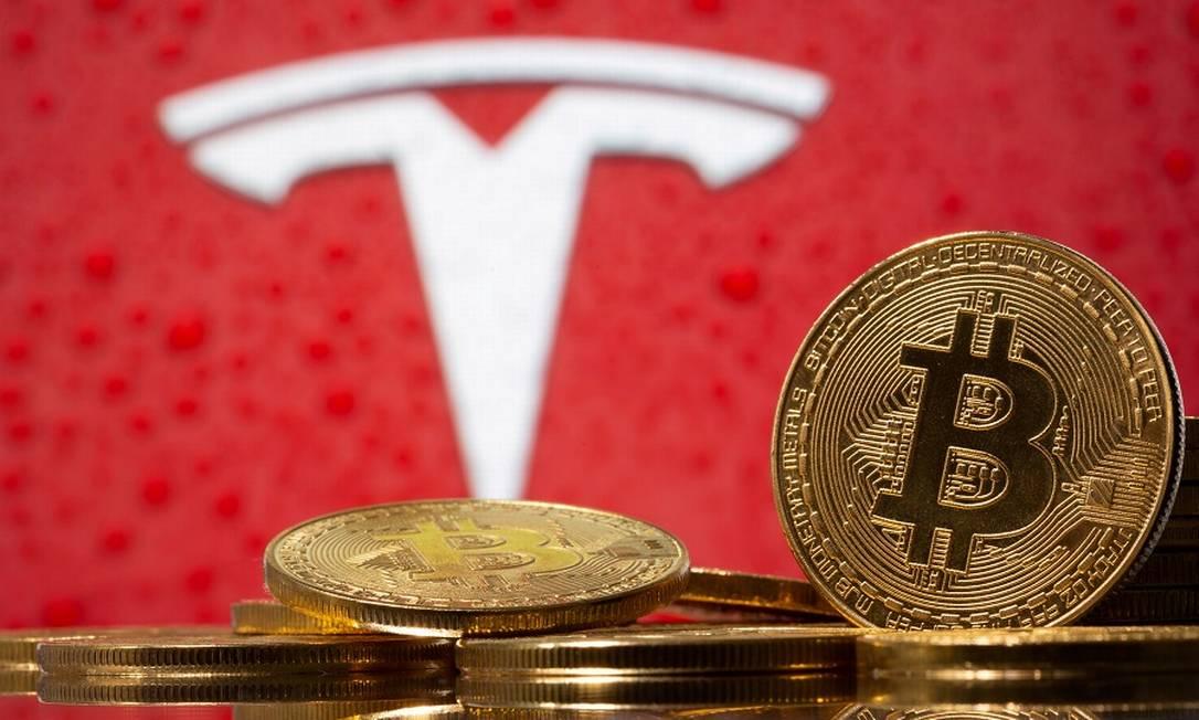 A marca da Tesla e Bitcoins: criptomoeda servirá para pagar carros elétricos da fabricante Foto: Dado Ruvic / REUTERS