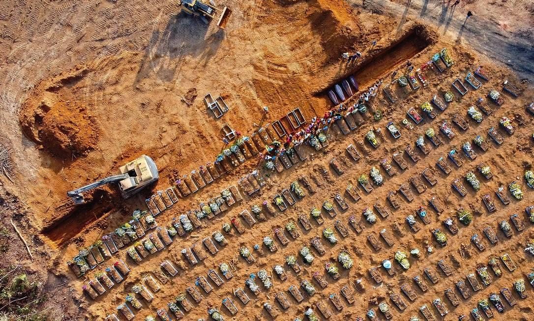 Vista aérea de caixões sendo enterrados em uma área onde novas sepulturas foram cavadas no cemitério do Parque Tarumã, durante a pandemia em Manaus, capital do Amazonas Foto: Michael Dantas / AFP - 21/04/2020