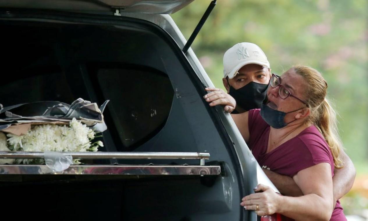 Parentes de Tereza Santos que morreu de COVID-19 reagem durante seu sepultamento no cemitério Vila Formosa, em São Paulo Foto: CARLA CARNIEL / REUTERS