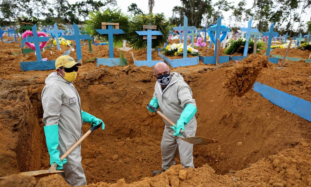 Ulisses Xavier, 52, que trabalhou por 16 anos no cemitério de Nossa Senhora, em Manaus, e, com a pandemia, trabalha 12 horas por dia e complementa sua renda fazendo cruzes de madeira para sepulturas devido à pandemia do coronavírus Foto: MICHAEL DANTAS / AFP - 08/05/2020