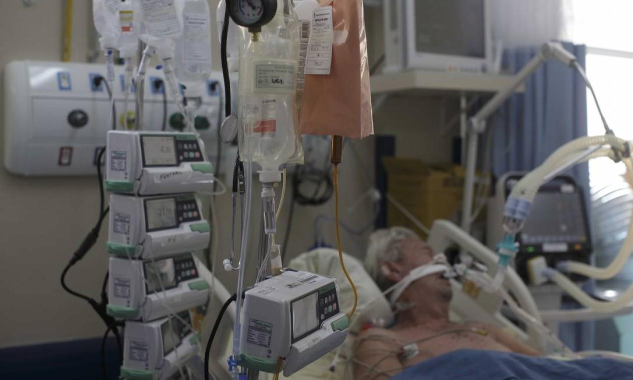 Paciente idoso intubado UTI de Coronavírus do Hospital Universitáriio Pedro Ernesto Foto: Márcia Foletto / Agência O Globo - 18/12/2020