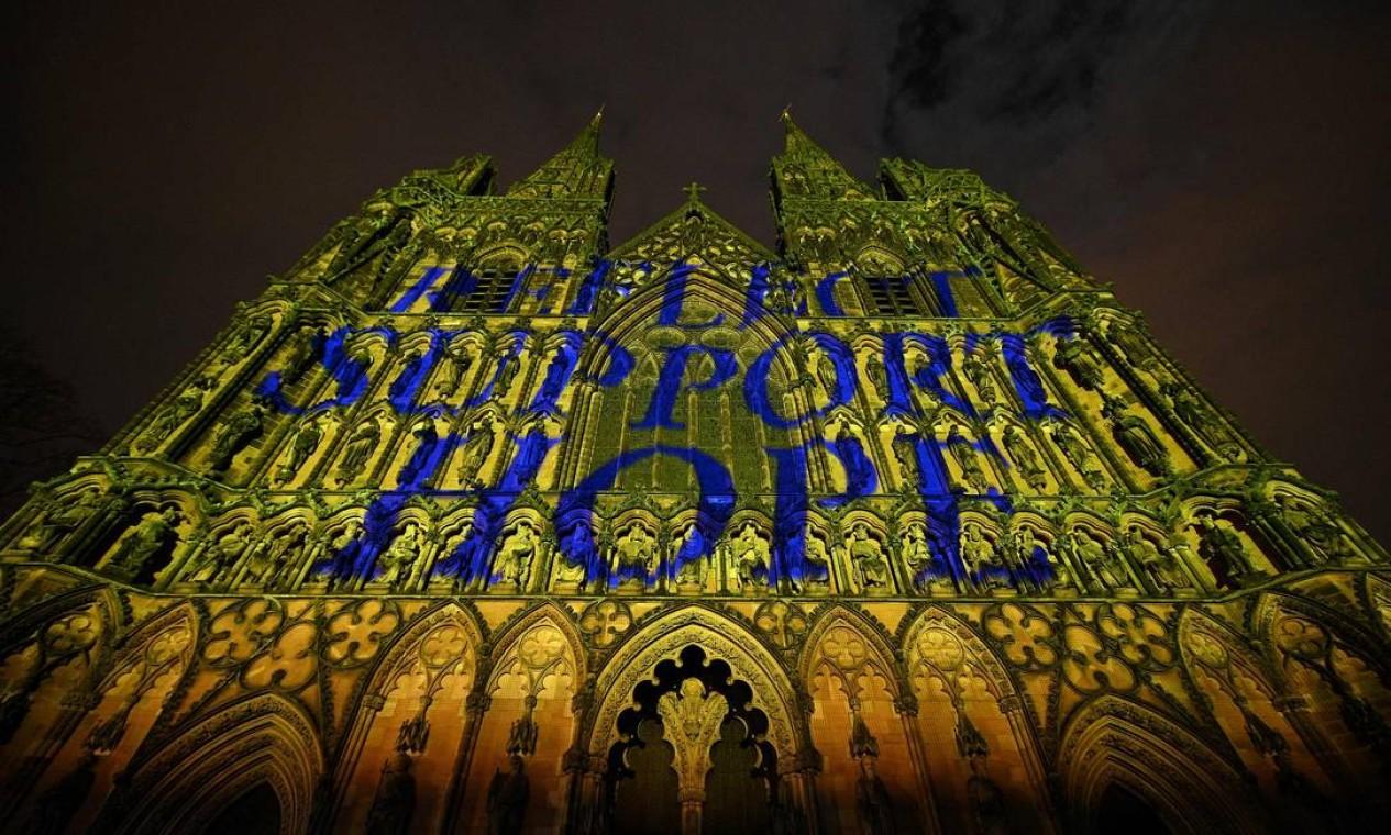 A Catedral de Lichfield é iluminada com as palavras 'Refletir', 'Apoiar' e 'Esperança', como parte do Dia Nacional de Reflexão no aniversário do primeiro bloqueio nacional, em Lichfield, região central da Inglaterra Foto: OLI SCARFF / AFP