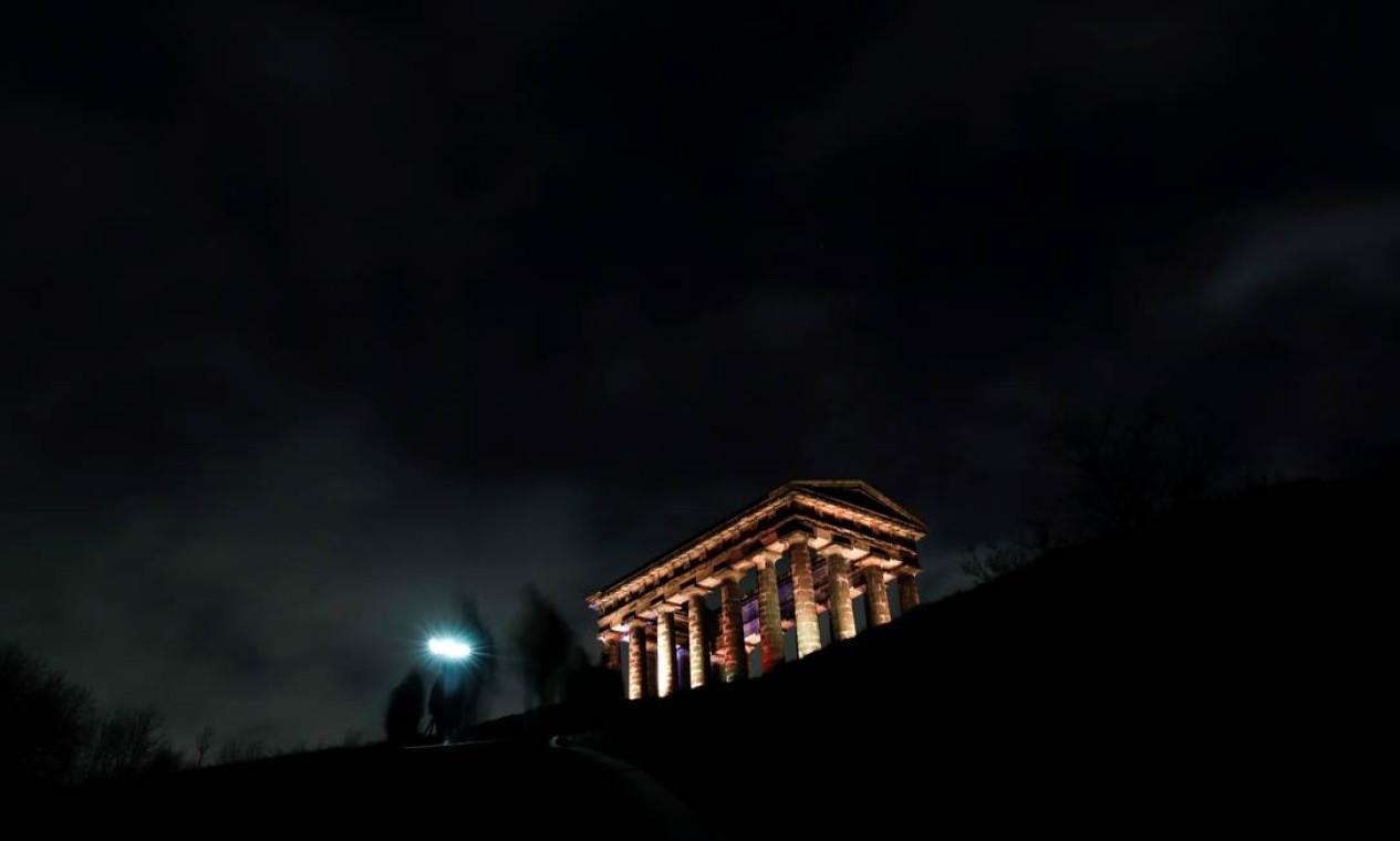 O Monumento Penshaw, em Sunderland, Inglaterra, é iluminado, como parte de um dia de reflexão para marcar o aniversário do primeiro lockdown Foto: LEE SMITH / REUTERS