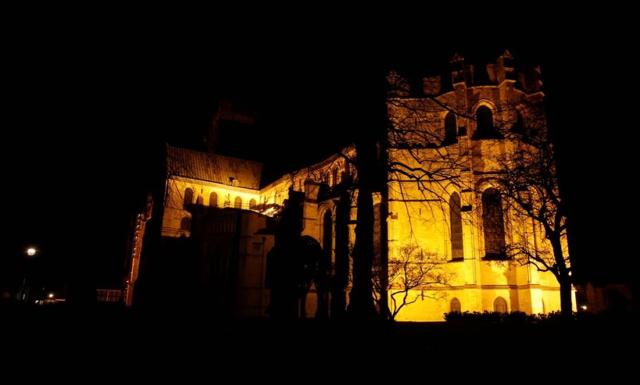 Catedral de Canterbury também recebeu a iluminação especial Foto: ANDREW COULDRIDGE / REUTERS
