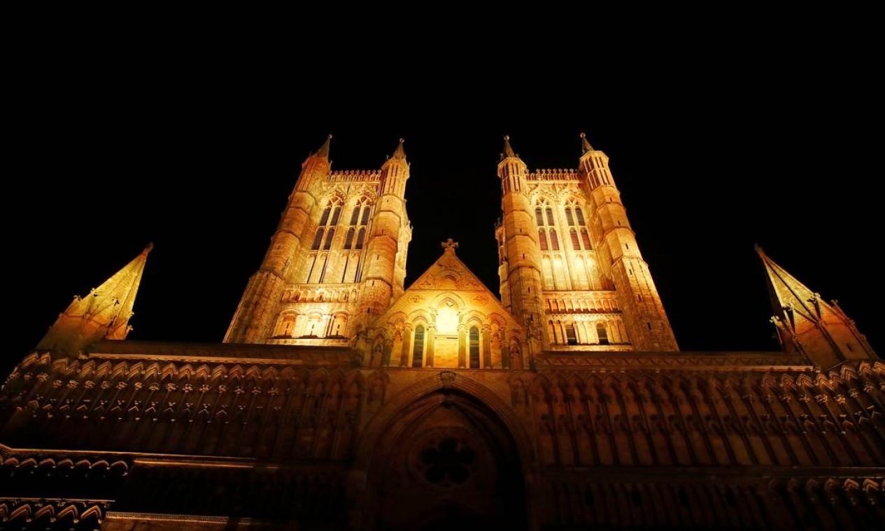 A Catedral de Lincoln está iluminada em amarelo, em Lincoln, Grã-Bretanha Foto: ANDREW BOYERS / REUTERS