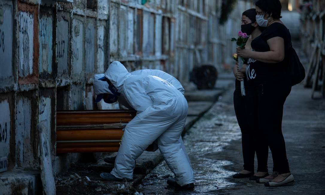 Sepultamentos de casos de Covid-19 no Cemitério do Caju, Centro do Rio. Foto: Brenno Carvalho / Agência O Globo