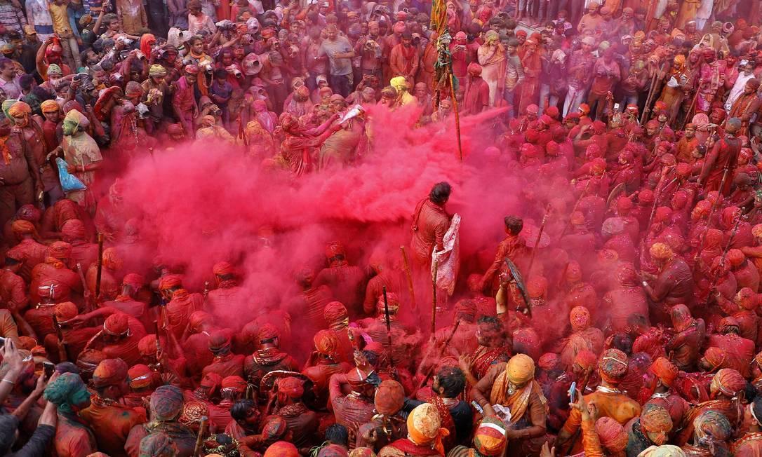 Homens pintados de cores participam das comemorações do Lathmar Holi, em meio à disseminação da COVID-19, na cidade de Nandgaon, no estado de Uttar Pradesh, Índia Foto: K.K. ARORA / REUTERS