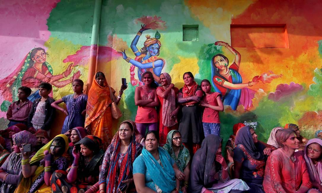 Pessoas assistem às celebrações do Lathmar Holi, em meio à alta nos números de mortes e casos, na cidade de Nandgaon, no estado de Uttar Pradesh, na Índia Foto: K.K. ARORA / REUTERS