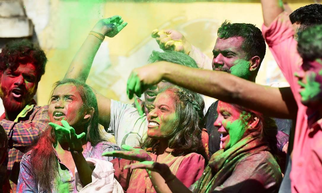 Alunos da Universidade de Allahabad celebram o Holi, o festival da primavera das cores, dentro de seu campus, em Allahabad Foto: SANJAY KANOJIA / AFP