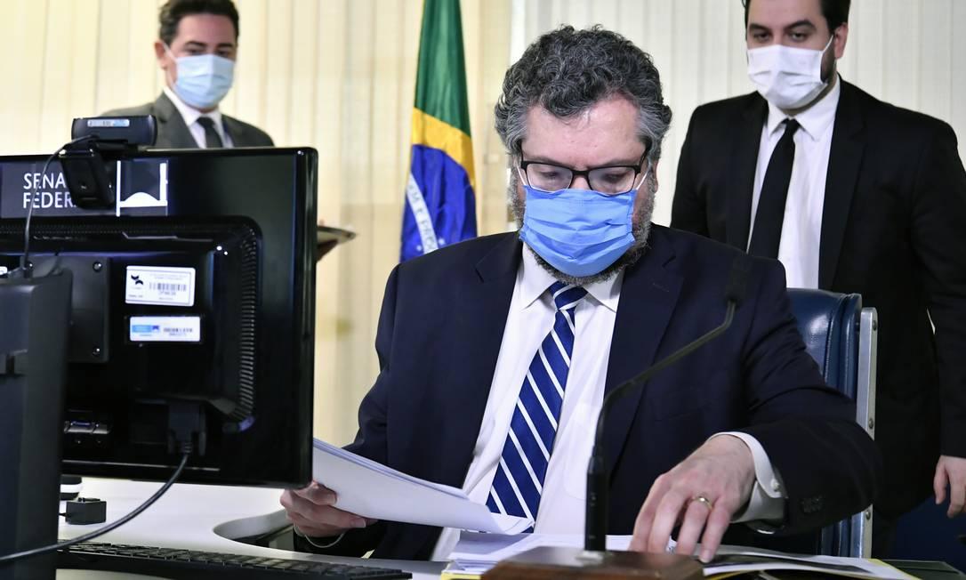 """O chanceler Ernesto Araújo participa de sessão do Senado; com voz embargada, ele disse que faz """"o possível para ajudar o país na pandemia"""" Foto: Waldemir Barreto / Agência O Globo"""