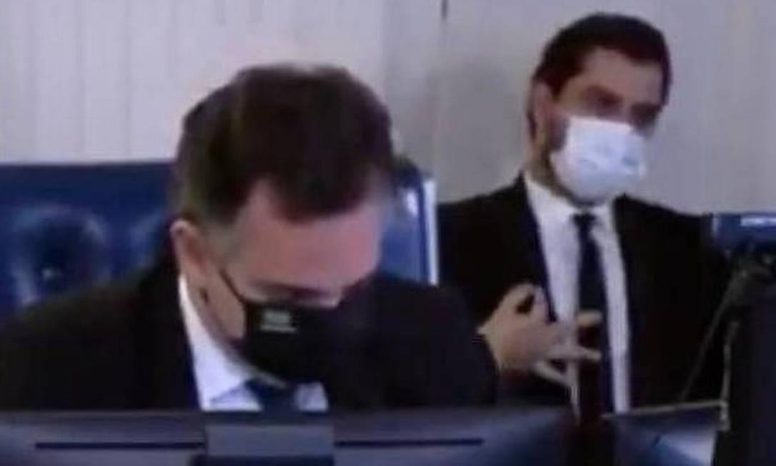 Assessor do presidente faz gesto em sessão do Senado Foto: Reprodução