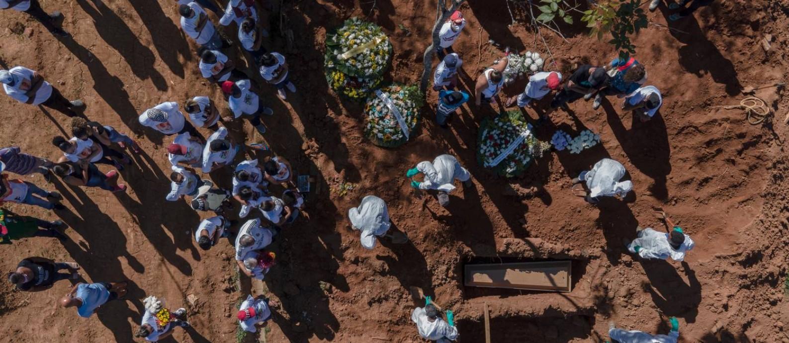 Enterro no cemitério São Luiz, na zona sul de São Paulo. Foto: Caio Guatelli / Agência O Globo
