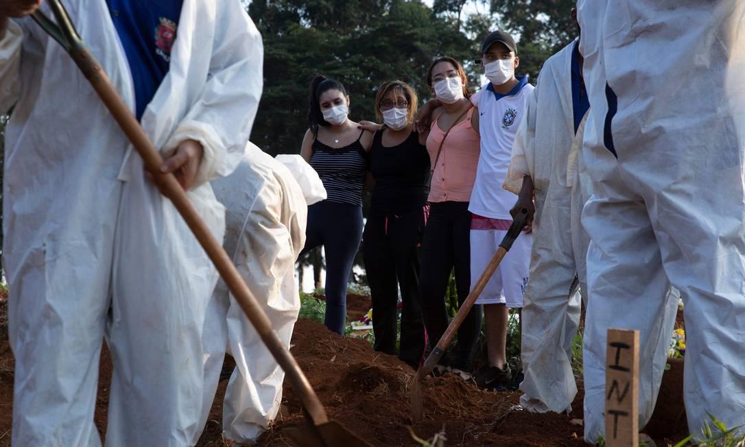 Enterro no cemitério Vila Formosa, na zona leste de São Paulo. Foto: Caio Guatelli / Agência O Globo