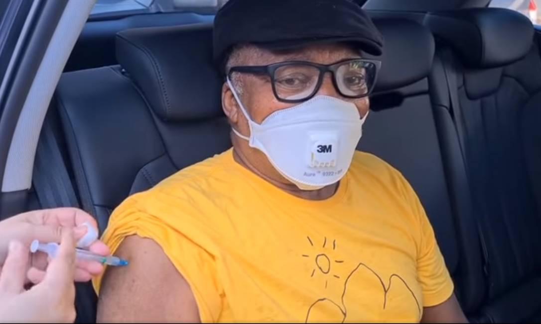 O cantor e compositor Milton Nascimento, de 78 anos, estava isolado esse tempo todo com o filho, Augusto, em Juiz de Fora. Após receber a primeira dose da vacina, desabafou nas redes: 'VACINADO! VIVA A CIÊNCIA, VIVA O SUS E FORA BOLSONARO!' Foto: Reprodução