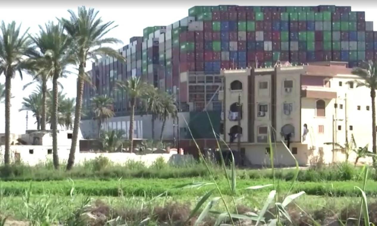 O navio encalhado Ever Given, um dos maiores navios porta-contêineres do mundo, é visto depois de encalhar, no Canal de Suez, Egito Foto: REUTERS TV / REUTERS