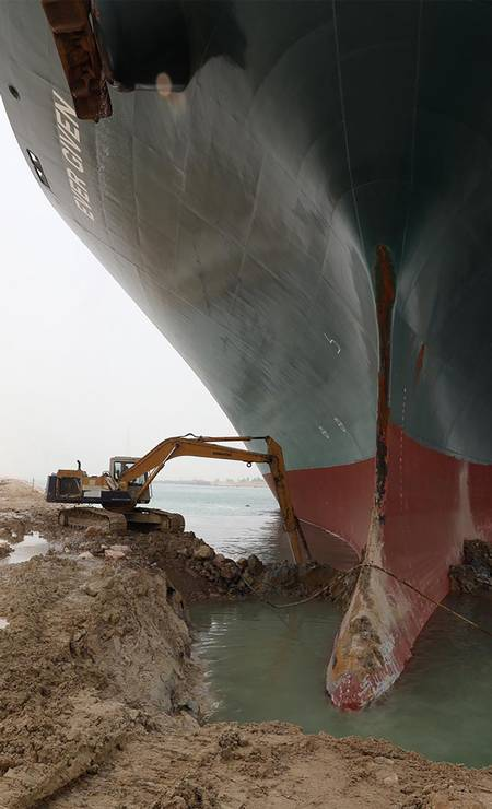 Retroescavadeira trabalha na operação para desencalhar o navio que comporta até 20.100 contêineres – um dos maiores navios do tipo no planeta Foto: - / AFP