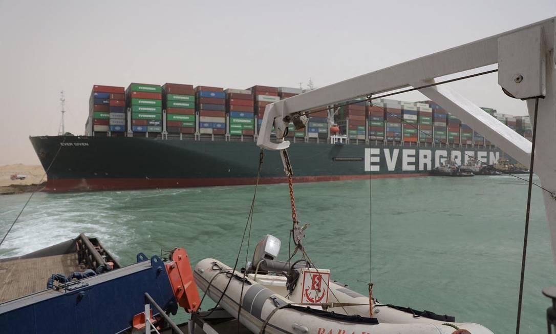 Uma equipe de elite está encarregada do desafio monumental de liberar o cargueiro Ever Given Foto: - / AFP