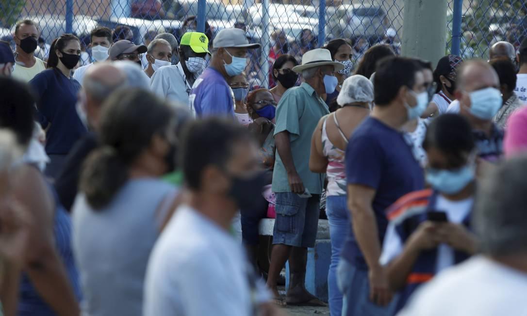 Idosos se aglomeram na Praça do Jardim Olímpio, em Duque de Caxias, para tomar segunda dose da vacina Foto: Fabiano Rocha / Agência O Globo