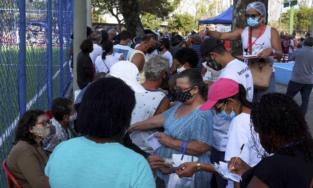 Praça do Jardim Olímpio ficou lotada novamente, mesmo convocando apenas vacinados Foto: Fabiano Rocha / Agência O Globo