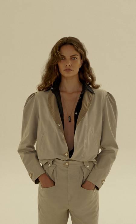 Camisa, jaqueta e calça, todos Isabel Marant, brincos e colar, todos Animale Oro Foto: João Arraes