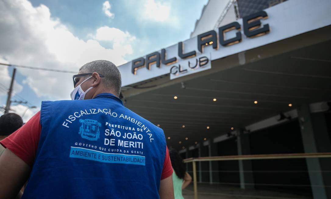 Fiscalização da prefeitura de São João do Meriti interditou boate que provocou aglomerações Foto: Brenno Carvalho / O Globo
