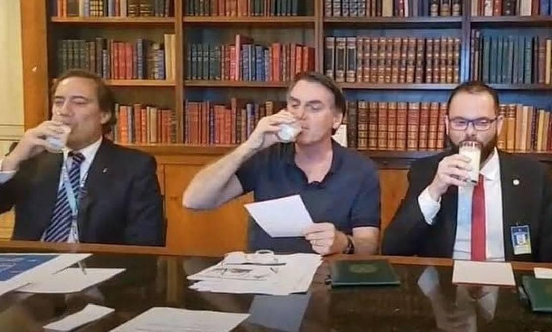 Bolsonaro toma um copo de leite em transmissão ao vivo no ano passado; objeto é muitas vezes associado a grupos supremacistas Foto: Reprodução