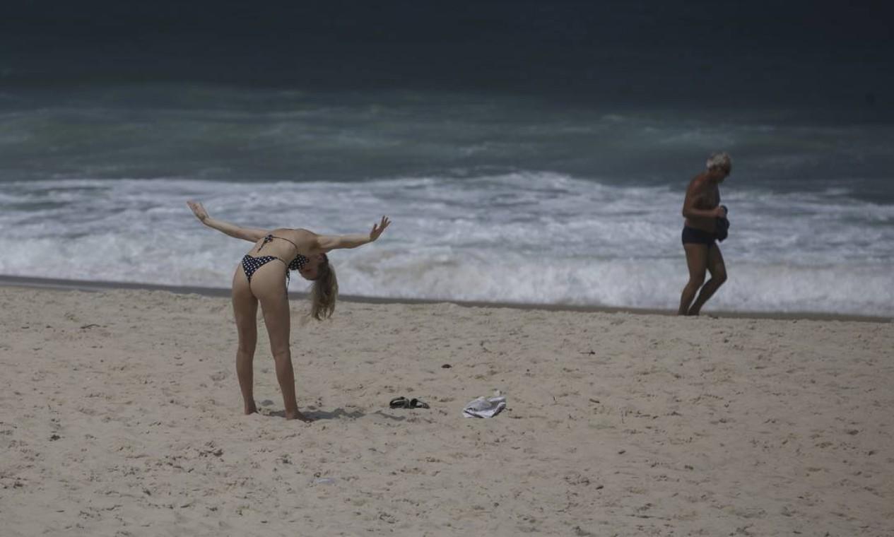 Banhistas se exercitam na praia de Ipanema Foto: Márcia Foletto / Agência O Globo