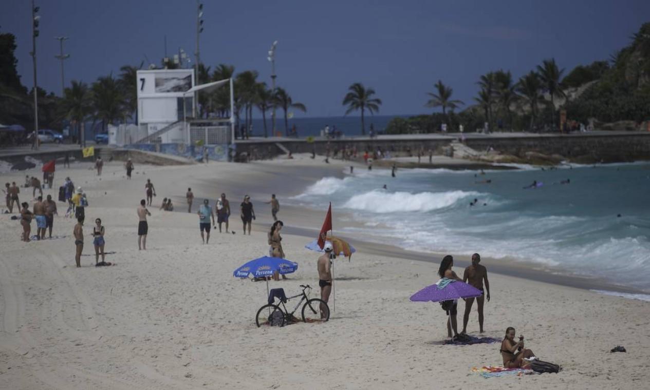Movimentação na praia do Arpoador, apesar da proibição Foto: Márcia Foletto / Agência O Globo