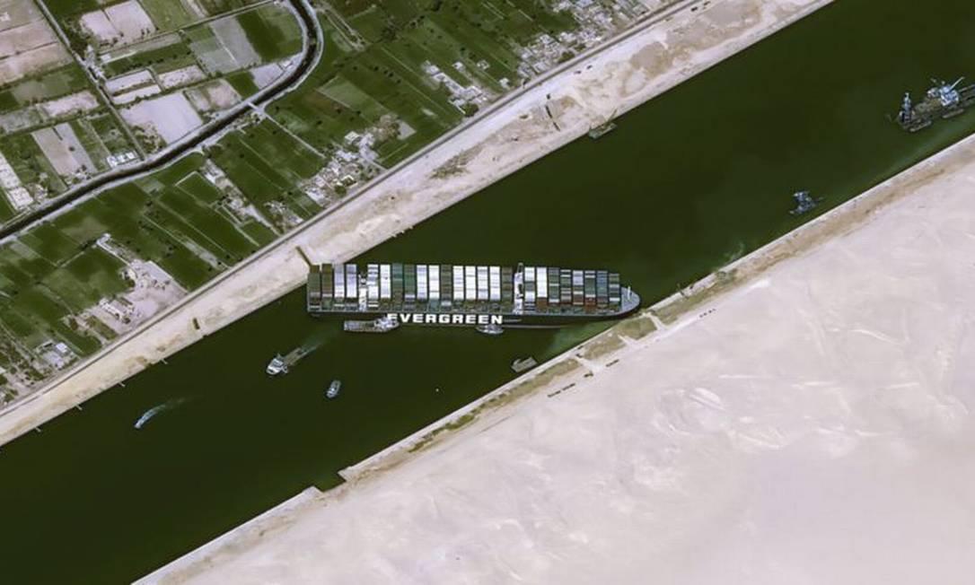 Imagens de satélite de 25 de março mostram o Ever Given encalhado e travando a circulação no Canal de Suez Foto: CNES2021, DISTRIBUTION AIRBUS DS