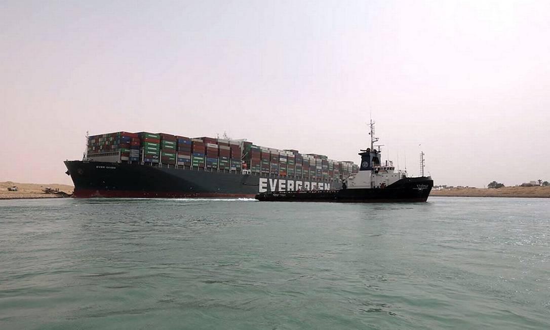 O navio Ever Given encalhado no canal Foto: - / AFP